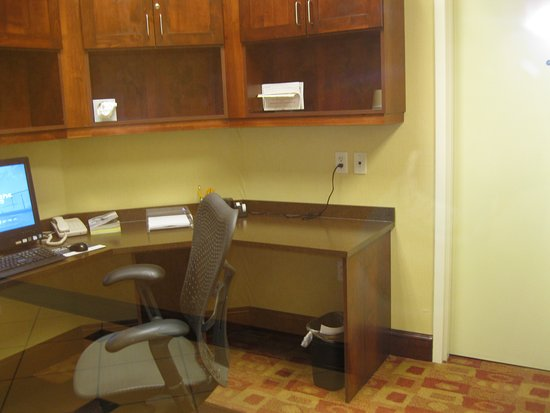 Hilton Garden Inn Great Falls: SMALL BUT FUNCTIONAL BUSINESS AREA