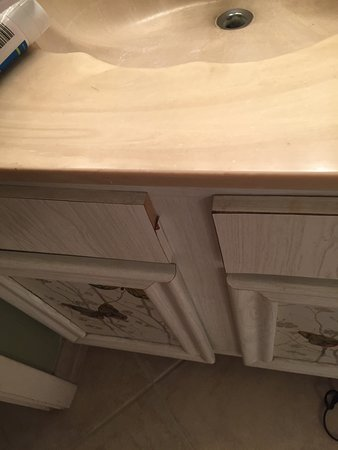 Surf Song Resort: Disgusting, run down, mold, broken furniture and tiles in ceiling. Rude staff and questionable r