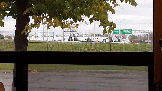 Fort Erie, Canada: Desde el Desayunador se ve el Paso Fronterizo