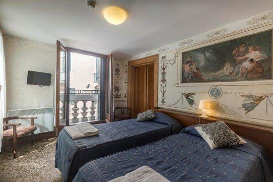 Foresteria Valdese Venezia: Camera 10 affrescata e con due balconcini sul canale