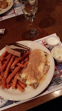 Wisconsin Rapids, WI: SoCo old fashioned and au gratin baked fish with sweet potato fries.