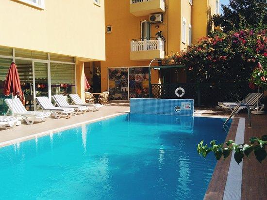 Hotel Benna: Бассейн и отель, за перегородкой - детский бассейн