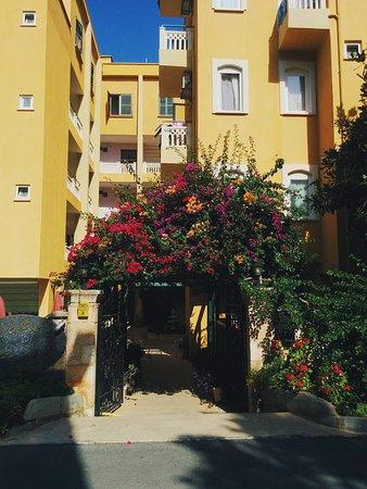 Hotel Benna: Ворота отеля и сам отель. небольшой, тихий, спокойный, уютный, простой