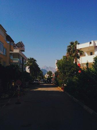 Hotel Benna: Улица, на которой стоит отель - видны горы