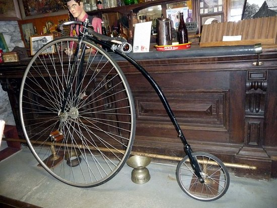 Murphys, CA: Hi-wheel bicycle and re-creation of old saloon bar.