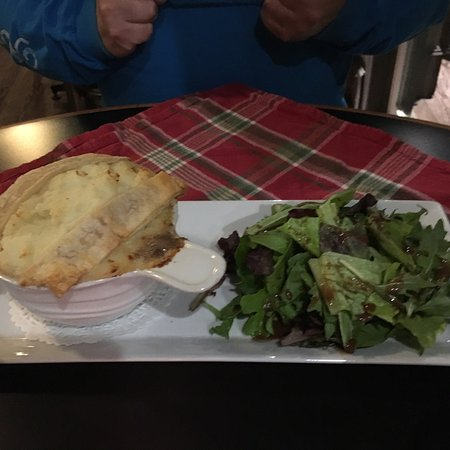 Calabogie, Canadá: My husband and I decided to try.....very good! I had the mac and bacon cheese.... yummy! Sure to