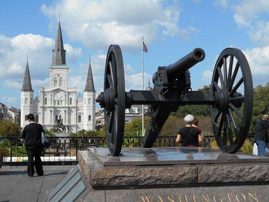 Washington Artillery Park: 大砲と大聖堂