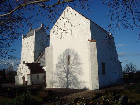 Dronninglund, Danmark: Ingeborg Skeels enorme kapel dominerer Voer Kirke