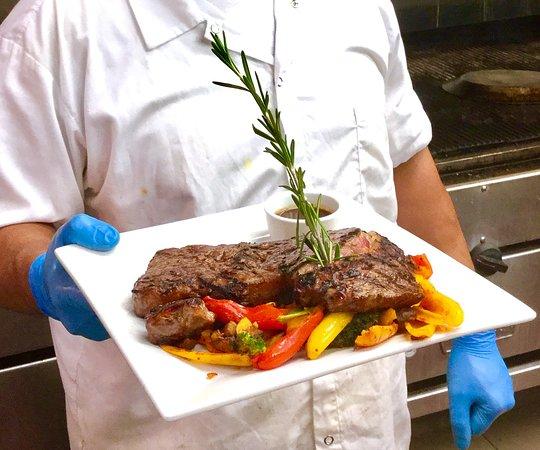 Allenhurst, Nueva Jersey: Chef presenting our signature steaks