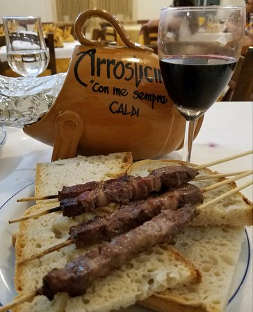 Alanno, Włochy: Arrosticini (lamb kebabs), local wine and home made bread. Buonissimo!