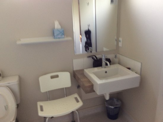 Gables Motor Lodge: Vanity basin with electric towel rail and 2 hooks on door