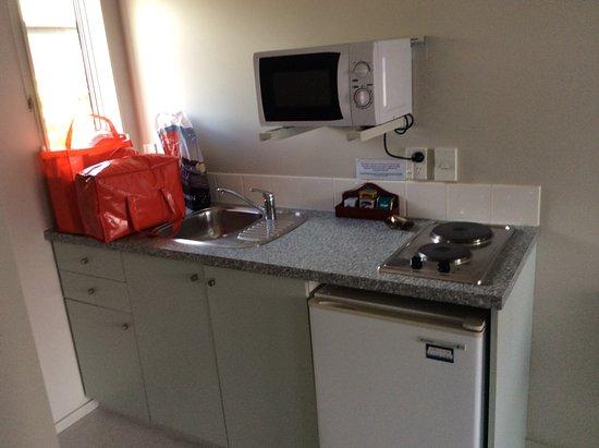 Gables Motor Lodge: Kitchen