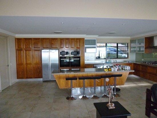 Clifton Beach, Australia: Kitchen bench area with tea/coffee supplies