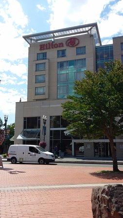 แวนคูเวอร์, วอชิงตัน: View from the park toward the hotel entrance