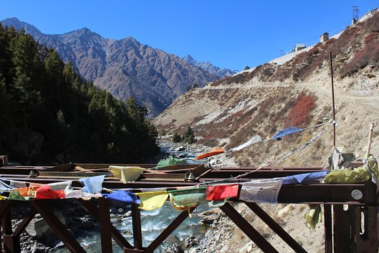 Sangla, India: Approach road to Chitkul along the slope on the right