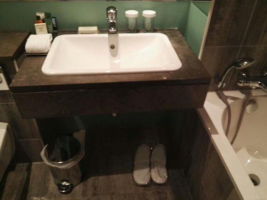 Hilton London Canary Wharf: Bathroom with all amenities