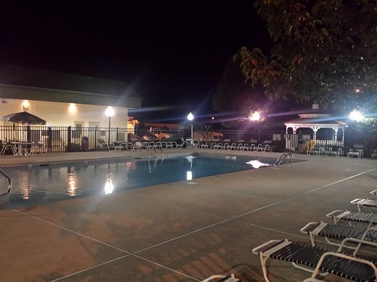 Bridgewater, NJ: Gorgeous pool area.. One of the nicest I ve ever seen!