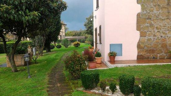 Sovana, Italia: Giardino con ingresso pedonale