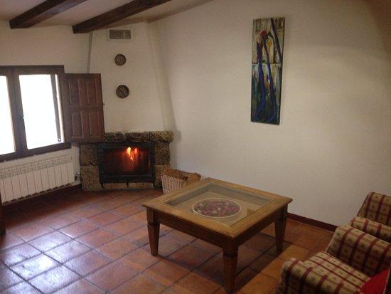 Poyatos, Spanien: Zona de estar con chimenea habitación de la Noguera. Casa de las hazas