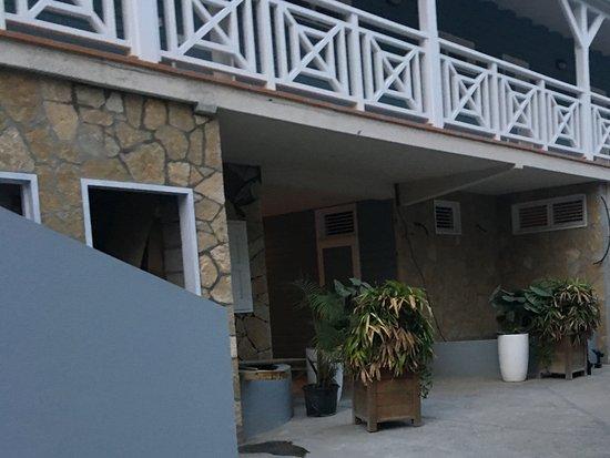 Hotel Baie des Anges : Hotellets torftiga entré
