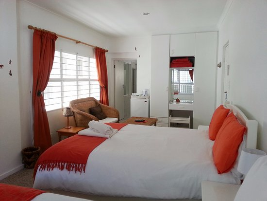 Gordon's Bay, แอฟริกาใต้: Family room with two queen size beds and ensuite bathroom with bath and shower