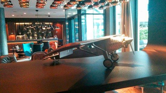"""Motel One Hamburg Airport: Das Design der Lobby folgt dem Thema """"Luftfahrt"""""""