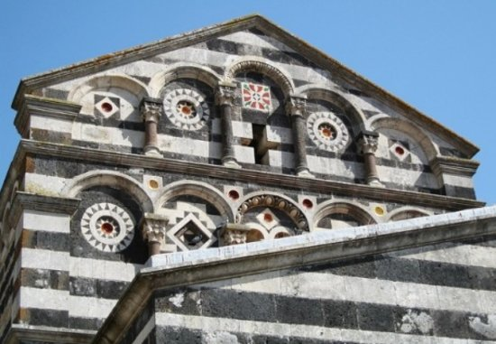 Province of Sassari, Italia: Sassari: La trinità di Saccargia e i meravigliosi dettagli del frontone