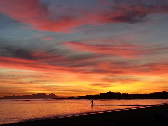Gordon's Bay, جنوب أفريقيا: A typical Gordon's Bay sunset with Table Mountain in the background
