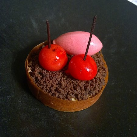 Bouliac, France : Tartelette de caramel et fruis rouges