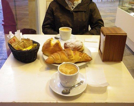 焼きたてパンとカフェオレで朝食