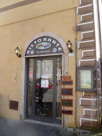 Cotto E Crudo: restaurant entrance