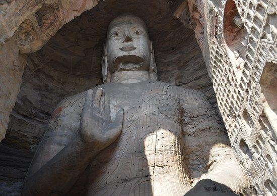 Datong, China: В главной пещере - сидящий Будда Гаутама.