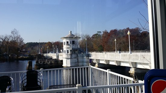 Pocomoke City, Мэриленд: view of the brige from the dining area