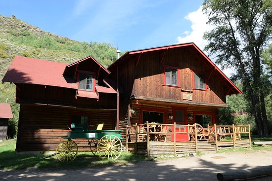 Drowsy Water Ranch: The lodge--I think 2 rooms on ground floor and 3 on top floor.