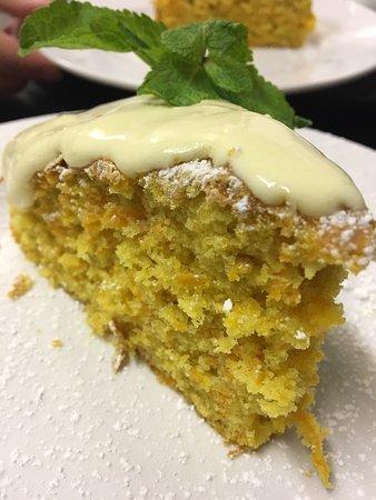 Pangbourne, UK: Special torta di carote all'italiana con crema allo zabaglione