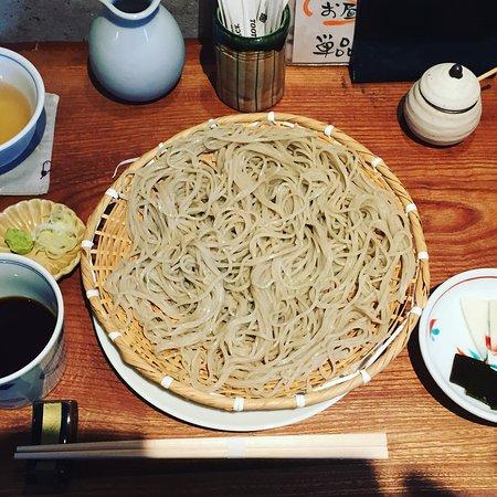 Kasugai, Japan: 午前11時45分ころいって一組待ち。 15分ほどで入れました。 名古屋市の紗羅ざん系。 お昼はご飯ものたとそばでセットがお得。 わたしと旦那さんはざると桜えび天丼。 そばは、ややそばの風味が足