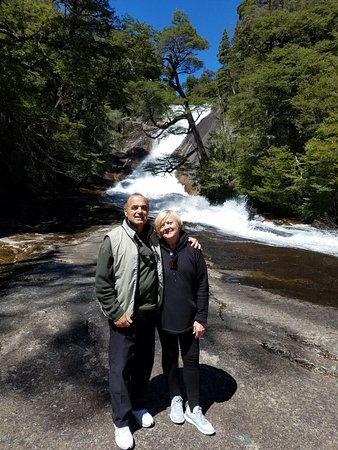 Río Negro, Argentinien: My wife & I at the waterfall