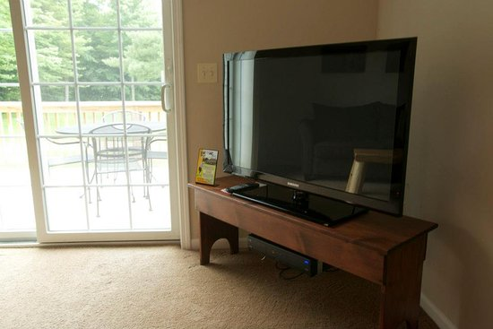 Gaylord, MI: Flat Screen TV's and Balcony Off Each Townhome