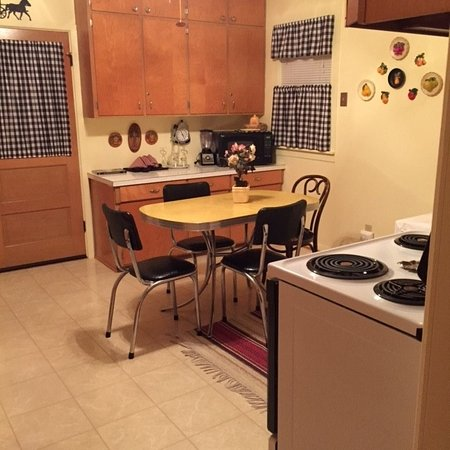 Westby, WI: Adorable retro kitchen in Atrium room.  Fully loaded.
