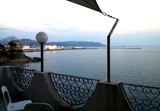 Hotel La Lucertola: Vue de la baie de Salerne depuis la terrasse de la chambre 50