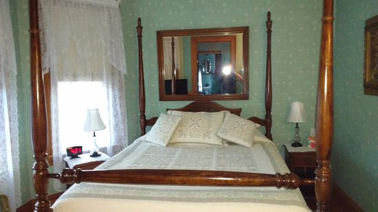 The Lawrence House Victorian B&B: Comfortable bed