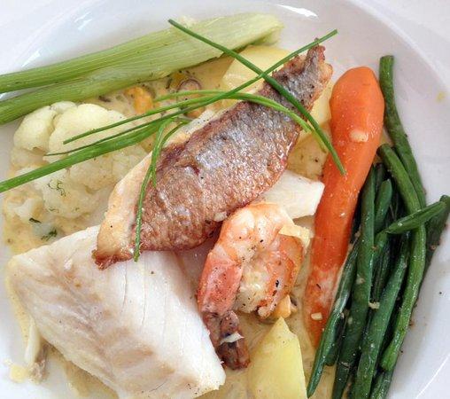 Le Kafe-In: panaché de la mer (daurade royale, cabillaud et gambas) sauce safranée, petits légumes frais vap