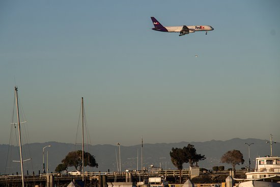 San Leandro, Καλιφόρνια: Watching planes coming in over the bay. Don't worry...It's NOT that noisy!