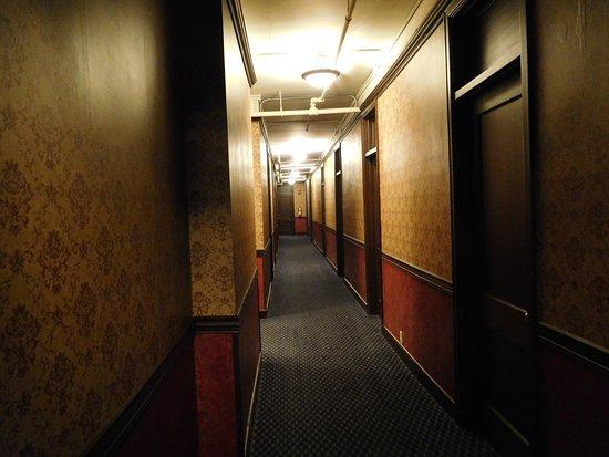 Penn Wells Hotel: Third floor hallway