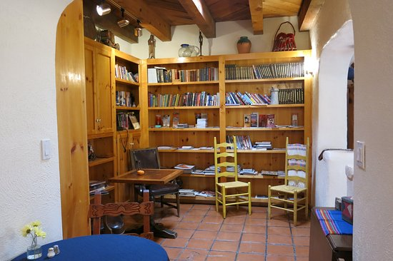 Algodones, Nuevo Mexico: Library. No internet or TV here, buit with books, who needs it?