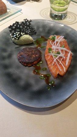 Maine et Loire, Frankrike: Saumon mariné aux fines herbes et épices, okonomiyaki, crème mascarpone montée au thé matcha, co