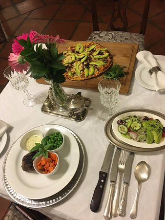 Rivonia, Sudafrica: Kudu Steak & vegetarian pizza with avocado