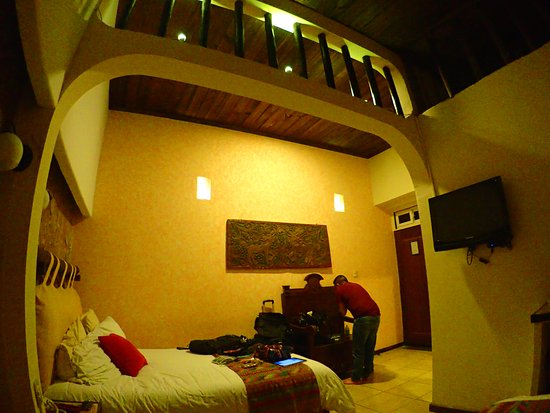Hotel Casa Bella: Very spacious, room, with high ceiling, 2 queen-size beds