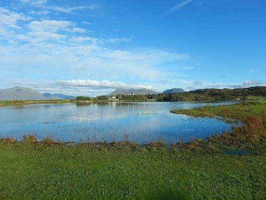 Renvyle, Irlande : Blick vom kleinen See beim Golfplatz auf das Hotel