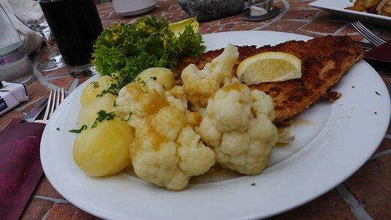 Gruenheide, Alemania: Schnitzel Wiener Art, Blumenkohl und Dampfkartoffeln